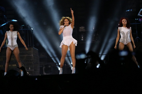 (Watch) Beyonce Performs 'Grown Woman' In Paris and Bans Flash Photography At Concerts