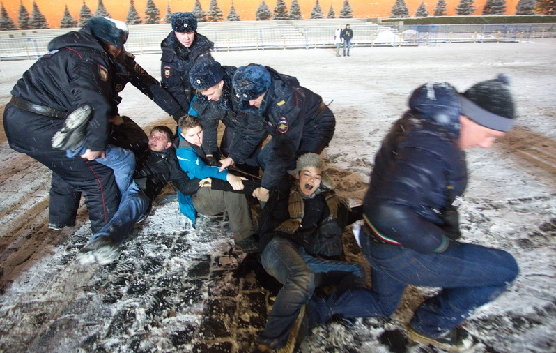 Watch: Russian Police Arrest 10 More LGBT Activists With Rainbow Flags